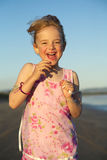 Menina que funciona na praia fotos de stock