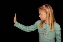 Menina que gesticula o sinal da parada Fotografia de Stock