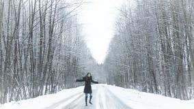 Menina que gira na estrada na floresta vídeos de arquivo