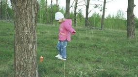 Menina que gira no parque, movimento lento filme