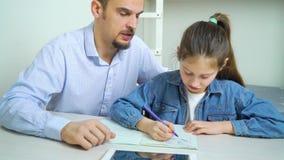 Menina que grita ao fazer trabalhos de casa junto com o pai restrito filme