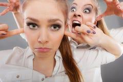 Menina que grita em seu amigo, fêmea da fúria que fecha suas orelhas Foto de Stock Royalty Free