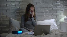 A menina que grita mal, drama de observação no portátil, preocupou-se sobre problemas pessoais filme