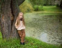 Menina que grita na costa do lago Fotos de Stock