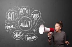 A menina que gritam no megafone e as bolhas tiradas mão do discurso vêm o Foto de Stock