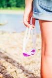 Menina que guarda óculos de proteção da natação foto de stock royalty free
