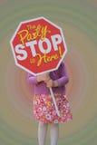 Menina que guarda amigos de convite de um sinal da parada a sua festa de anos Foto de Stock