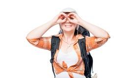 A menina que guarda as mãos gosta de binóculos em um fundo branco Fotografia de Stock