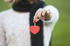 Menina que guarda a decoração do coração do Natal Foto de Stock