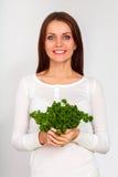 Menina que guarda dois grupos da salsa perto da cara Fotos de Stock Royalty Free