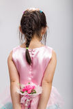 Menina que guarda a flor, vista traseira Foto de Stock Royalty Free
