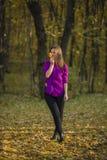 Menina que guarda a folha amarela Fotos de Stock Royalty Free