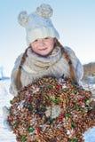 Menina que guarda a grinalda do advento no inverno Imagens de Stock Royalty Free