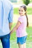 Menina que guarda a mão do pai Imagem de Stock