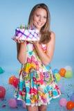 Menina que guarda o bolo de aniversário Fotos de Stock Royalty Free