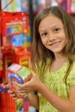 Menina que guarda o brinquedo plástico fotografia de stock royalty free