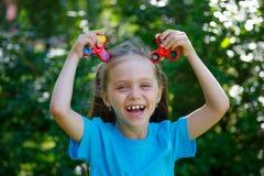 menina que guarda o brinquedo popular do girador da inquietação Fotografia de Stock