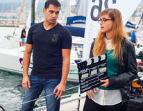 Menina que guarda o clapperboard Foto de Stock Royalty Free