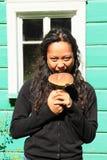 Menina que guarda o cogumelo Fotografia de Stock