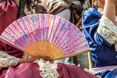 Menina que guarda o fã na parada da rua, Guatemala Imagens de Stock Royalty Free
