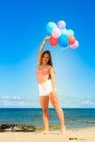 Menina que guarda o fundo do céu dos balões Fotos de Stock