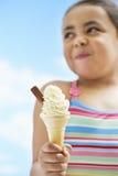 Menina que guarda o gelado do cone Imagens de Stock Royalty Free