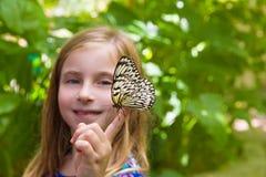 Menina que guarda o leuconoe da ideia da borboleta do papel de arroz Fotos de Stock
