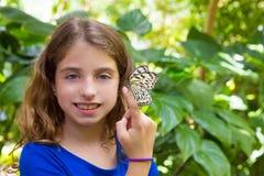 Menina que guarda o leuconoe da ideia da borboleta do papel de arroz Fotografia de Stock Royalty Free