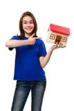 Menina que guarda o modelo da casa Imagens de Stock