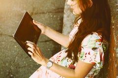 Menina que guarda o PC digital da tabuleta Foto de Stock Royalty Free