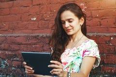 Menina que guarda o PC digital da tabuleta Fotos de Stock Royalty Free
