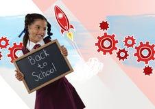 Menina que guarda o quadro-negro com de volta aos gráficos das rodas denteadas do texto e do foguete de escola Foto de Stock Royalty Free