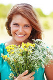 Menina que guarda o ramalhete das flores Fotografia de Stock