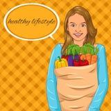Menina que guarda o saco de papel com completamente de vegetais Imagem de Stock Royalty Free