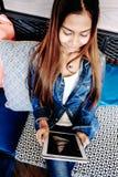 Menina que guarda o tablet pc em sua mão Fotografia de Stock