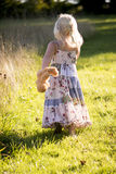 Menina que guarda o urso de peluche que anda afastado Imagens de Stock