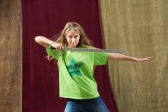 Menina que guarda poses da espada para a câmera Imagens de Stock