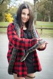 Menina que guarda a serpente do pitão foto de stock