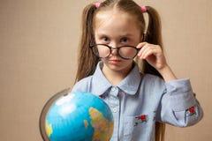 Menina que guarda a terra em nossas mãos - um conceito sobre o futuro foto de stock