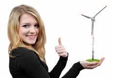 Menina que guarda a turbina eólica disponivel Fotografia de Stock