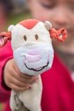 Menina que guarda um brinquedo peluches Foto de Stock