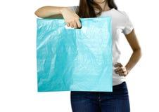 Menina que guarda um claro - saco de plástico azul Fim acima Fundo isolado fotos de stock