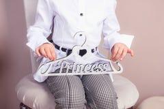 Menina que guarda um gancho com a princesa da palavra Foto de Stock