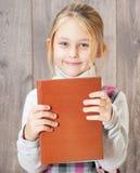 Menina que guarda um livro imagem de stock royalty free