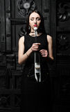 Menina que guarda um retrato do violino, olhos fechados foto de stock