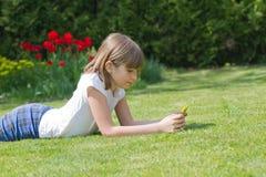 menina que guarda um smartphone Imagens de Stock Royalty Free
