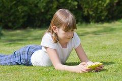 menina que guarda um smartphone Fotografia de Stock Royalty Free