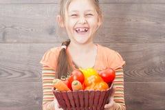 menina que guarda uma cesta de vegetais suculentos fotos de stock