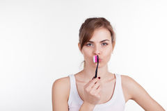Menina que guarda uma odontologia da escova de dentes Fotos de Stock