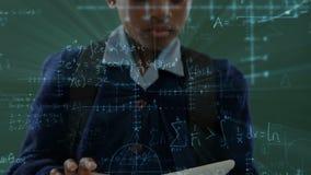 Menina que guarda uma tabuleta digital na sala de aula filme
